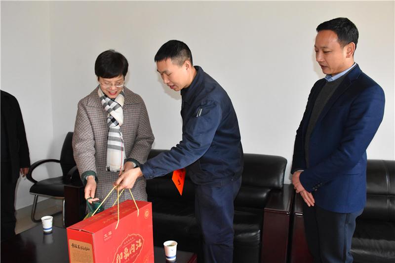 市总工会领导到川威慰问困难员工暨劳模代表