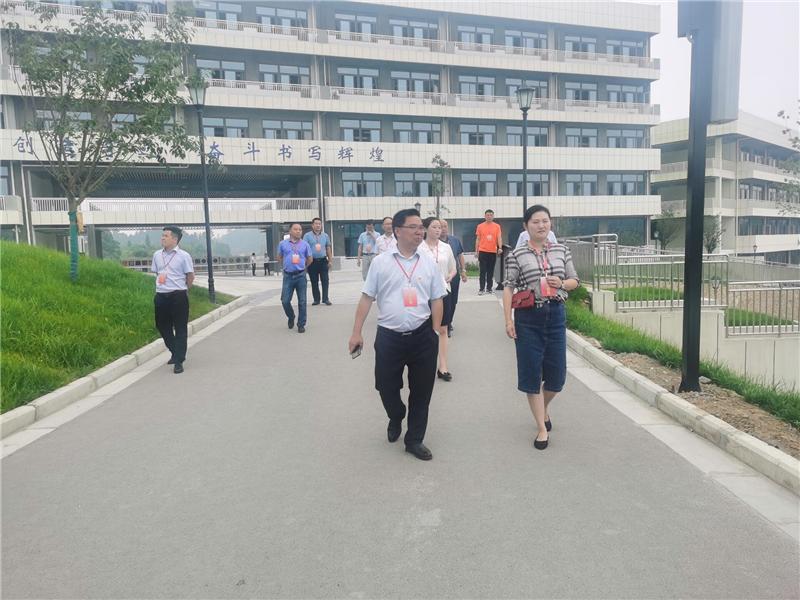 威远县教育体育局李佳栖书记带队巡视竞力学校中考工作
